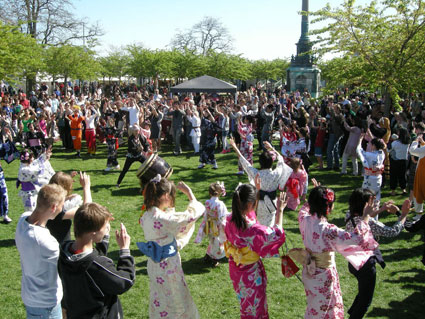 Bon-odori is easy so everybody joins in